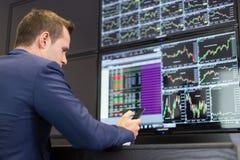Торговец запаса смотря данные по рынка на экранах компьютера Стоковые Фотографии RF