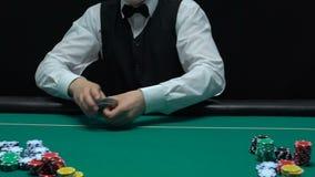 Торговец игры собирая играя карточки и показывая туз диаманта, шанс успеха видеоматериал