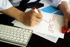 Торговец пишет покупку или надувательство в примечании стоковое фото rf