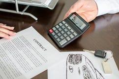 Торговец показывая цену автомобиля стоковое изображение rf