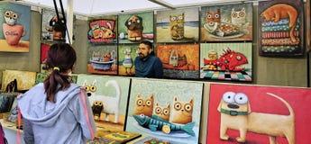 Торговец произведениями искусства в киоске рынка в Братиславе, Словакии стоковые изображения rf