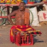Торговец улицы вне индусского виска в Karnataka стоковая фотография