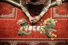 Торговец шаркая карточки на таблице покера в казино стоковая фотография rf