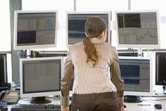 торговец штока мониторов компьютера рассматривая Стоковые Фото