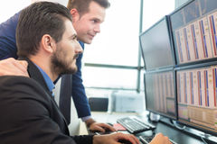 Торговцы запаса смотря экраны компьютера Стоковое Изображение RF