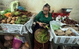 Торговцы продают большое разнообразие традиционной еды Стоковые Изображения