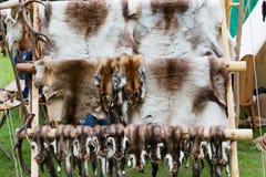 Торговцы стоят и средневековые вентиляторы на средневековом фестивале стоковое изображение rf