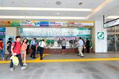 Торговый автомат билета на поезд МЛАДШЕГО на станции Shinjuku Стоковые Фотографии RF