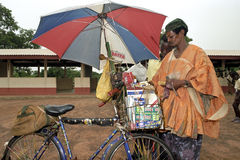 Торговый автомат и товар улицы на велосипеде стоковая фотография