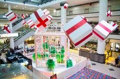 Торговый центр города рынка украшает с большой присутствующей коробкой на приходя сезон рождества, дня рождественских подарков и  стоковые изображения rf