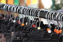 Торговый центр много вешалок одежд и одежд для продажи Стоковая Фотография RF