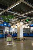 Торговый центр Шэньчжэня IKEA, возникая от нордической цепи склада, оно продает собранную мебель и также поставляет детали домоча стоковые изображения rf