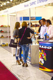 Торгуйте выставкой ботинок Mos Москвы специализированной International для обуви, сумок и аксессуаров Стоковые Фото