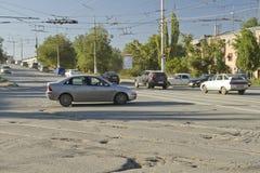 Торгуйте вдоль дороги асфальта засорянной с различными отверстиями и погружениями Стоковая Фотография RF