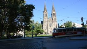 Торгуйте дорогой и трамвайной линией на церков St Ludmila в Праге, чехии сток-видео
