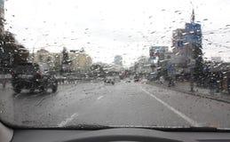 Traffic on the rainy day on the city street Стоковые Изображения RF