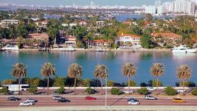 Торгуйте на скоростном шоссе к Miami Beach в Флориде, виде с воздуха видеоматериал