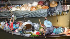 Торгующ вразнос, местные женщины со шлюпкой в рынке Damnoen Saduak около Бангкока, Bangko Таиланда плавая стоковая фотография