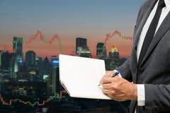 Торгуя блокнот владением бизнесмена и линия диаграммы валют торгуя стоковое фото rf