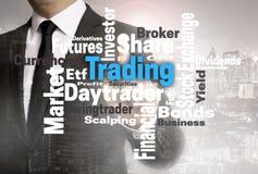 Торгуя сенсорный экран wordcloud показан бизнесменом Стоковые Изображения RF