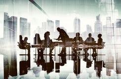 Торжества силуэта успеха бизнесмены концепции городского пейзажа Стоковое фото RF