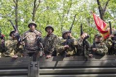Торжественное шествие военизированного столбца воинских equipmen стоковые изображения rf