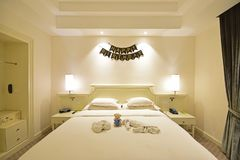 Торжество дня рождения в сюите гостиничного номера с украшением на стене и на кровати от вид спереди стоковое фото rf