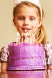 Торжество дня рождения маленькой девочки с тортом Стоковое Изображение
