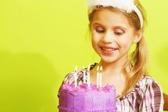 Торжество дня рождения маленькой девочки с тортом Стоковые Изображения RF