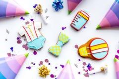 Торжество дня рождения ребенка с печеньями пряника на белой картине взгляд сверху предпосылки Стоковая Фотография