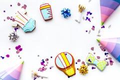 Торжество дня рождения ребенка с печеньями пряника на белом космосе взгляд сверху предпосылки для текста Стоковая Фотография