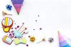 Торжество дня рождения ребенка с печеньями пряника на белом космосе взгляд сверху предпосылки для текста Стоковое Изображение