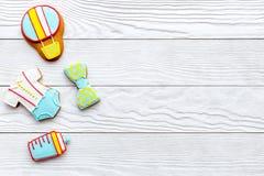 Торжество дня рождения ребенка с печеньями пряника на белом деревянном космосе взгляд сверху предпосылки для текста Стоковые Фото