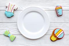 Торжество дня рождения ребенка с печеньями пряника на белом деревянном космосе взгляд сверху предпосылки для текста Стоковое Изображение