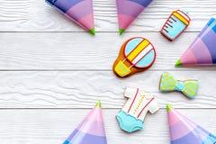 Торжество дня рождения ребенка с печеньями пряника на белом деревянном космосе взгляд сверху предпосылки для текста Стоковое Изображение RF