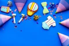 Торжество дня рождения ребенка с печеньями пряника на голубом красочном космосе взгляд сверху предпосылки для текста Стоковые Фото