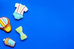 Торжество дня рождения ребенка с печеньями пряника на голубом красочном космосе взгляд сверху предпосылки для текста Стоковое Изображение
