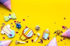 Торжество дня рождения ребенка с печеньями пряника на желтом красочном космосе взгляд сверху предпосылки для текста Стоковая Фотография RF