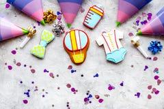 Торжество дня рождения ребенка с печеньями пряника на каменной картине взгляд сверху предпосылки Стоковые Изображения