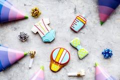 Торжество дня рождения ребенка с печеньями пряника на каменной картине взгляд сверху предпосылки Стоковая Фотография RF