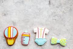 Торжество дня рождения ребенка с печеньями пряника на каменном космосе взгляд сверху предпосылки для текста Стоковое Изображение