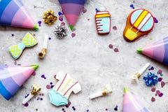 Торжество дня рождения ребенка с печеньями пряника на каменном космосе взгляд сверху предпосылки для текста Стоковое фото RF