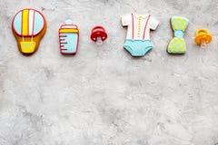 Торжество дня рождения ребенка с печеньями пряника на каменном космосе взгляд сверху предпосылки для текста Стоковые Фото