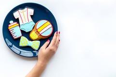 Торжество дня рождения ребенка с печеньями пряника на плите на белом космосе взгляд сверху предпосылки для текста Стоковые Фото