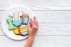 Торжество дня рождения ребенка с печеньями пряника на плите на белом деревянном космосе взгляд сверху предпосылки для текста Стоковые Фото