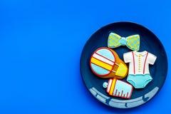 Торжество дня рождения ребенка с печеньями пряника на плите на голубом красочном космосе взгляд сверху предпосылки для текста Стоковое фото RF