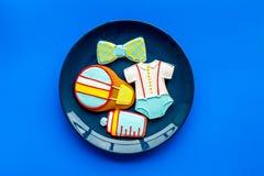 Торжество дня рождения ребенка с печеньями пряника на плите на голубом красочном космосе взгляд сверху предпосылки для текста Стоковые Изображения RF