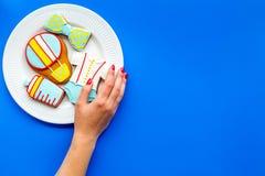Торжество дня рождения ребенка с печеньями пряника на плите на голубом красочном космосе взгляд сверху предпосылки для текста Стоковое Изображение