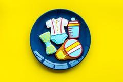 Торжество дня рождения ребенка с печеньями пряника на плите на желтом красочном космосе взгляд сверху предпосылки для текста Стоковые Фотографии RF