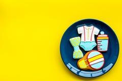 Торжество дня рождения ребенка с печеньями пряника на плите на желтом красочном космосе взгляд сверху предпосылки для текста Стоковые Изображения